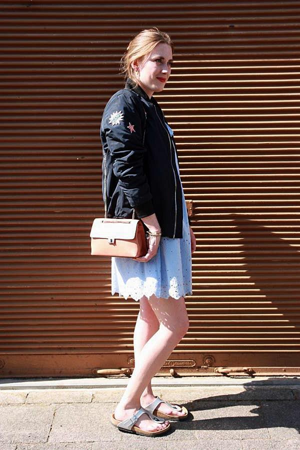 Bomberjacke, Spitzenkleid, Bomberjacke mit Patches, hellblaues Spitzenkleid, Gesundheitssandalen, lachsfarbene Damenhandtasche mit Gliedergurt. © Copyright Bettina Katscher 2020