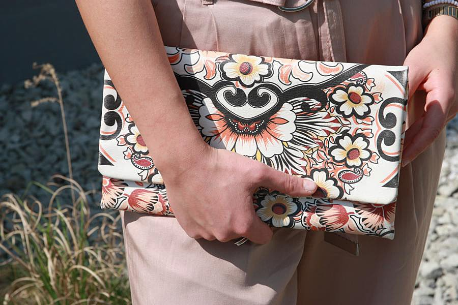 Bunte Clutch mit floralem Muster