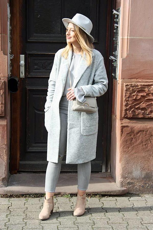 Grauer Damenmantel, grauer Damenhut, graue Skinnyjeans, beige Stiefeletten, graue Handtasche mit goldfarbener Kette, graue Bluse. © Copyright Bettina Katscher 2020