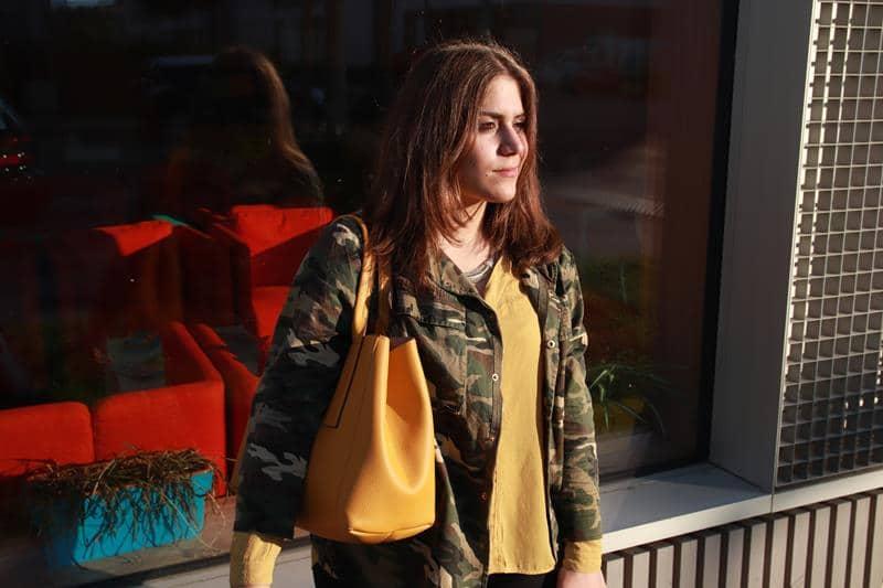Militaryjacke mit gelber Bluse, gelber Shopper. © Copyright Bettina Katscher 2020