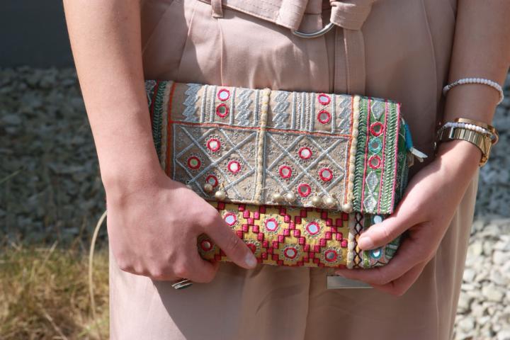 Indielook, Ethnoclutch, Armbänder in Perlenoptik, Retrouhr, Knallfarben, Tasche mit Spiegelelementen, Hippiestyle. © Copyright Bettina Katscher 2018