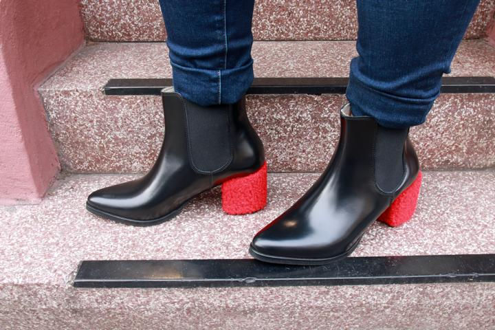 Auffälliger Absatz, Absatz in Rot, Chelsea-Boots, Rot, Schwarz. © Copyright Bettina Katscher 2020