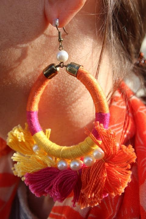 Ohrringe in Knallfarben mit Fransen und Perlen