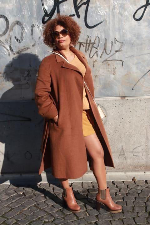 Cognacfarbene Stiefeletten mit hohem Absatz, hohe Chelseaboots kombiniert mit cognacfarbenem Mantel und beige-goldenem Pullover zusammen mit maisfarbenem Minirock. © Copyright Bettina Katscher 2020