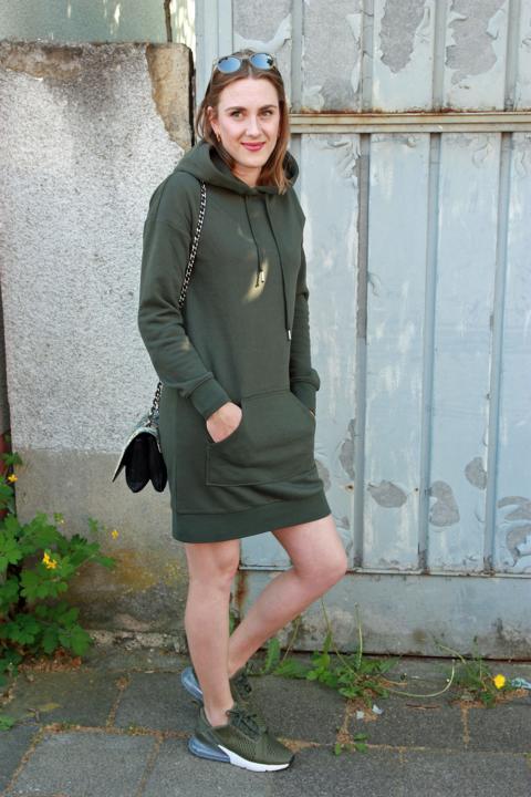 Militärgrünes Sweatshirtkleid mit Hoodie, militärgrüne Sneaker, Umhängetasche mit Gliederband, runde Sonnenbrille. © Copyright Bettina Katscher 2020