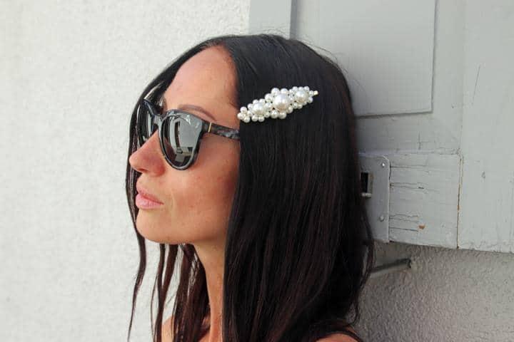 Sonnenbrille in Hornoptik mit auffälliger Haarspange in Perlenoptik. © Copyright Bettina Katscher 2020
