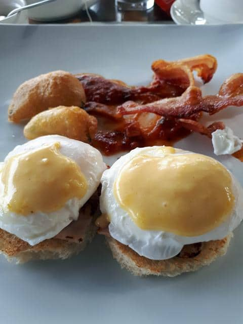 Eggs Benedict auf Toast, dazu knuspriger Bacon und frittiertes Gemüse. © Copyright Bettina Katscher 2020