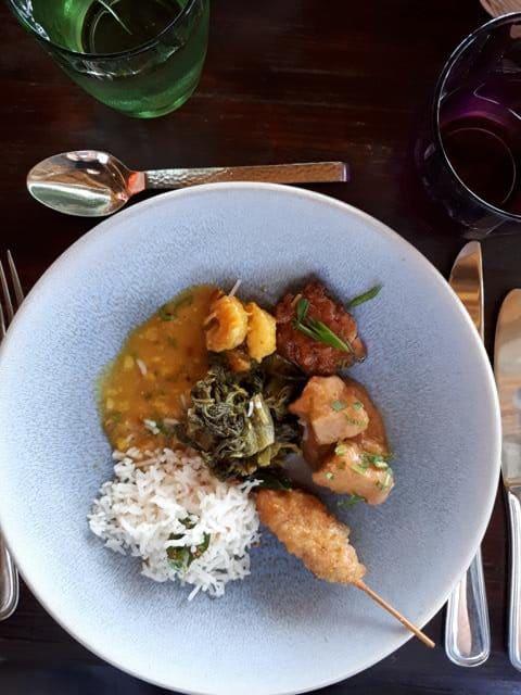 Kreolisches Gericht, mit pikanten und fruchtigen Noten und zum Großteil indisch inspiriert, u.a. mit frittiertem Hähnchen, dazu Reis, verschiedene Saucen und Dipps. © Copyright Bettina Katscher 2020