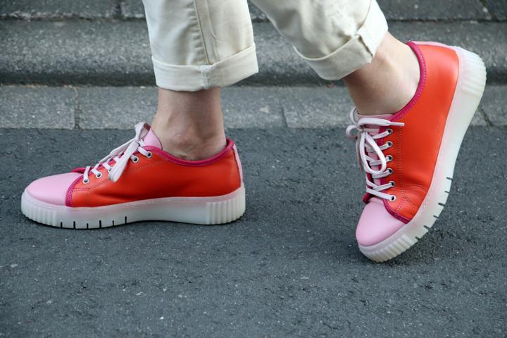 Poppige Sneaker in Rosa und Orange mit weißer Kreppsohle. © Copyright Bettina Katscher 2020