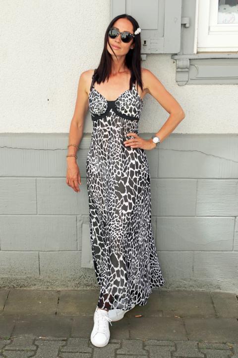 Cleaner Sommerlook mit Bustier-Sommerkleid in Schwarz-Weiß, Animal Print und weiße Sneaker, dazu große Haarspange in Perlenoptik und große dunkle Sonnenbrille. © Copyright Bettina Katscher 2020