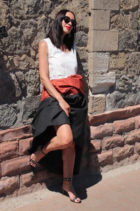 Ballonkleid für den Sommer in Weiß, Rostbraun und Schwarz, in Kombination mit Riesen-Sonnenbrille und Nieten-Stilettos mit Riemchen. © Copyright Bettina Katscher 2020