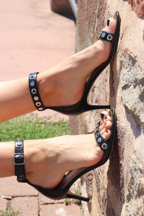 Gehen immer: Schwarze Stilettos mit Riemchen und Nieten