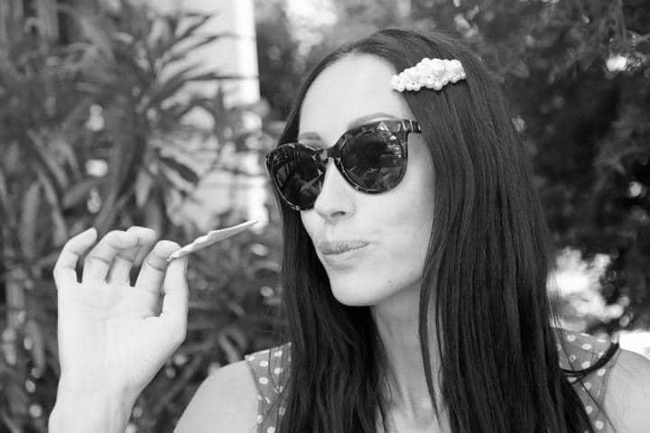 Sommer-Look im Riviera-Stil mit großer Haarspange in Perlenoptik, großer Sonnenbrille und gepunktetem Oberteil. © Copyright Bettina Katscher 2019