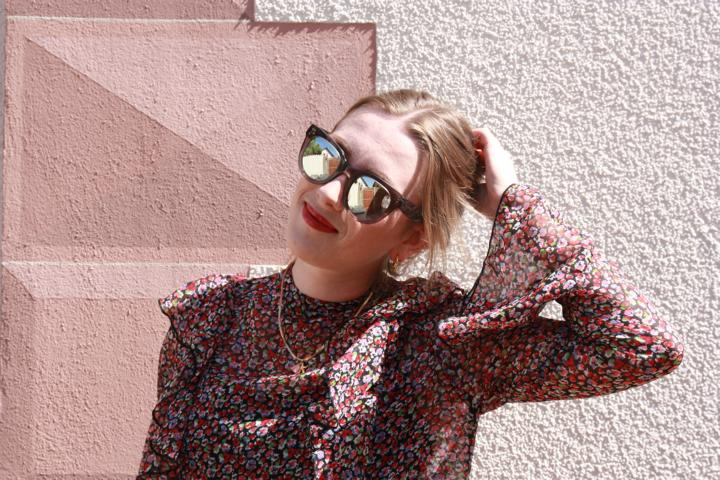Spiegelsonnenbrille und leichtes Sommerkleid sind unschlagbar