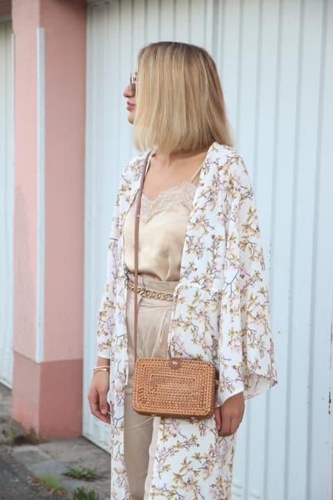 Blumen-Kimono und Kastentasche kommen mit zum Sommer-Dinner