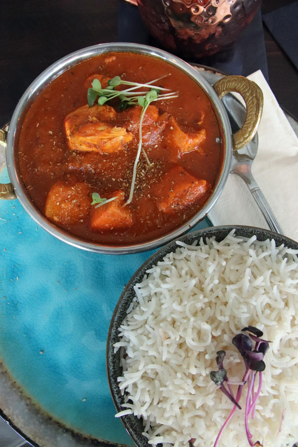 Indisches Mittagsgericht, das ist Chicken Tikka Masala mit super lockerem Reis mit Nelken und modernem Geschirr in Grau und Türkis, garniert mit Kresse. © Copyright Bettina Katscher 2019