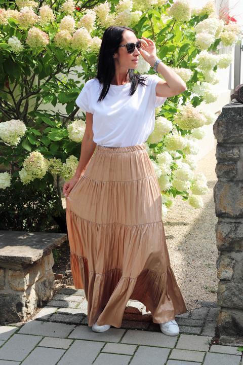 Goldfarbener Plisseerock in Kombination mit schlichtem weißen T-Shirt und Ledersneakern ergibt einen cleanen und angesagten Look. © Copyright Bettina Katscher 2020