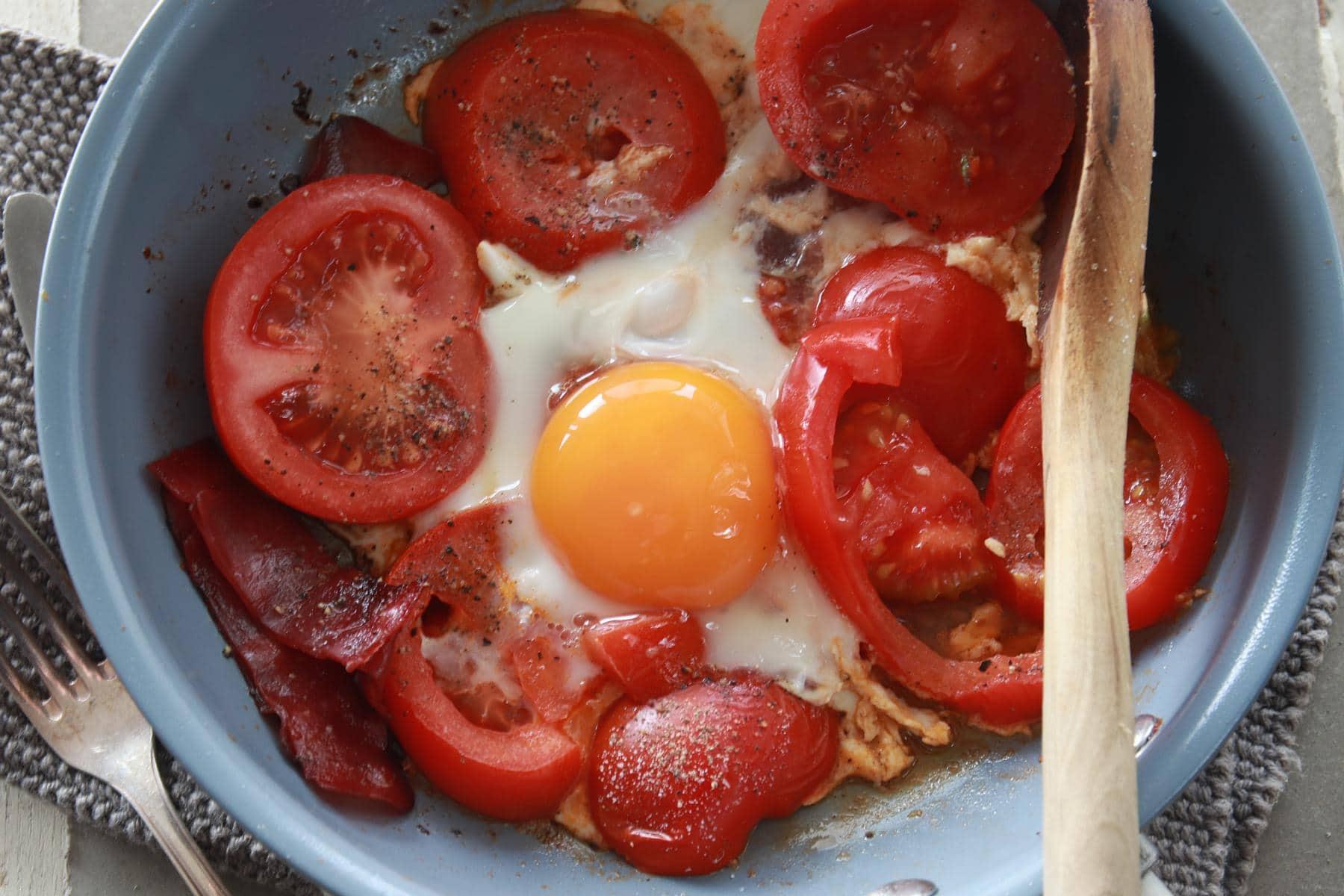 English Breaktfast in der Pfanne, frischer Speck, gebraten zusammen mit frischen Tomaten und Ei. © Copyright Bettina Katscher 2019