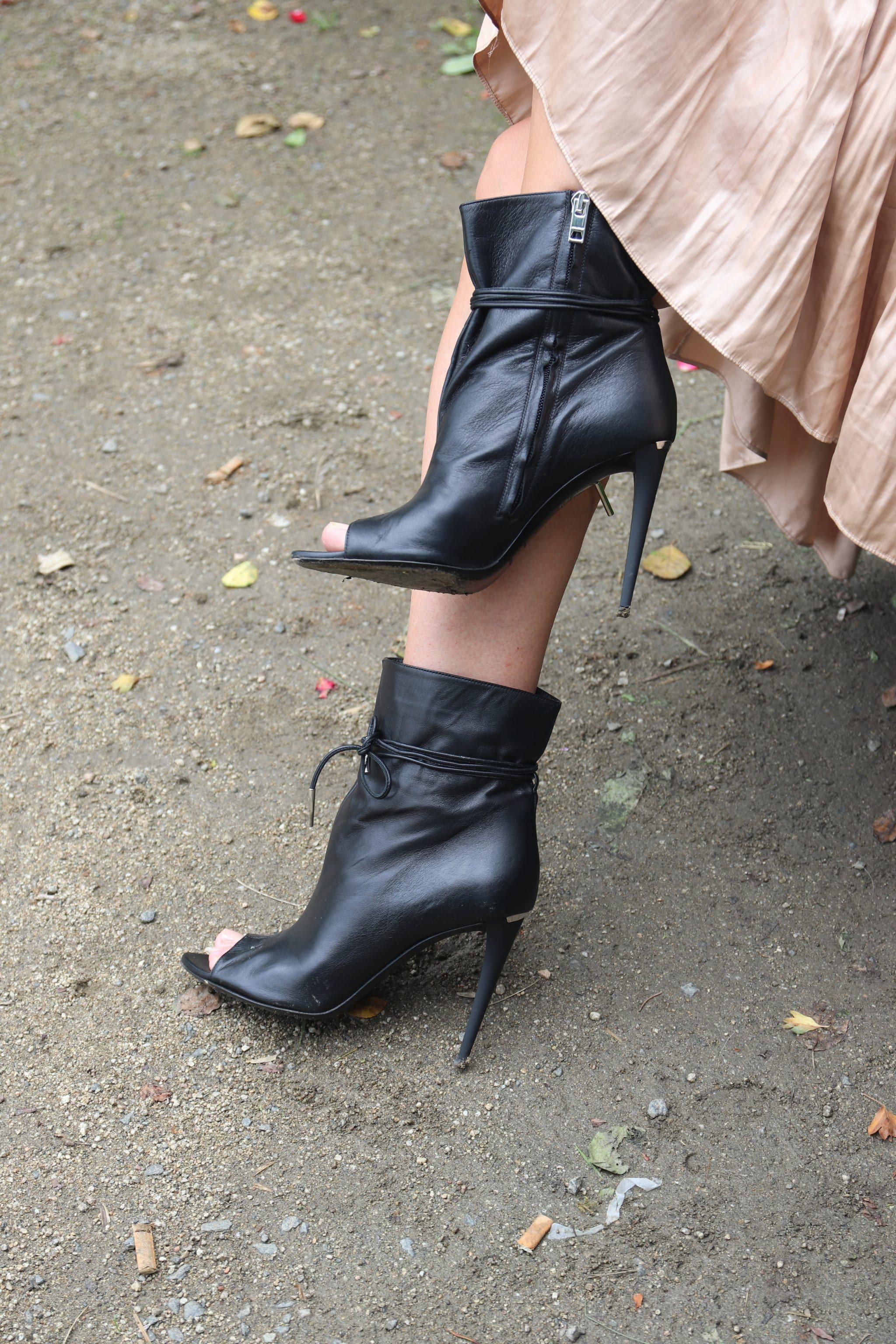 Sexy schwarze Highheels als Stiefeletten, die vorne offen sind, mit Mega-Absatz, zum Binden. © Copyright Bettina Katscher 2019