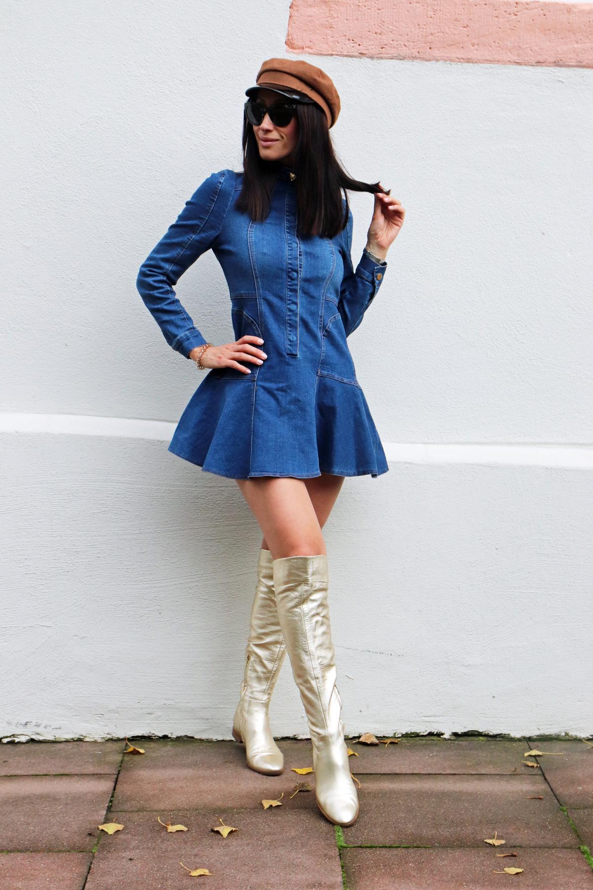 60s-Flair mit goldenen Overknees und Jeans-Minikleid