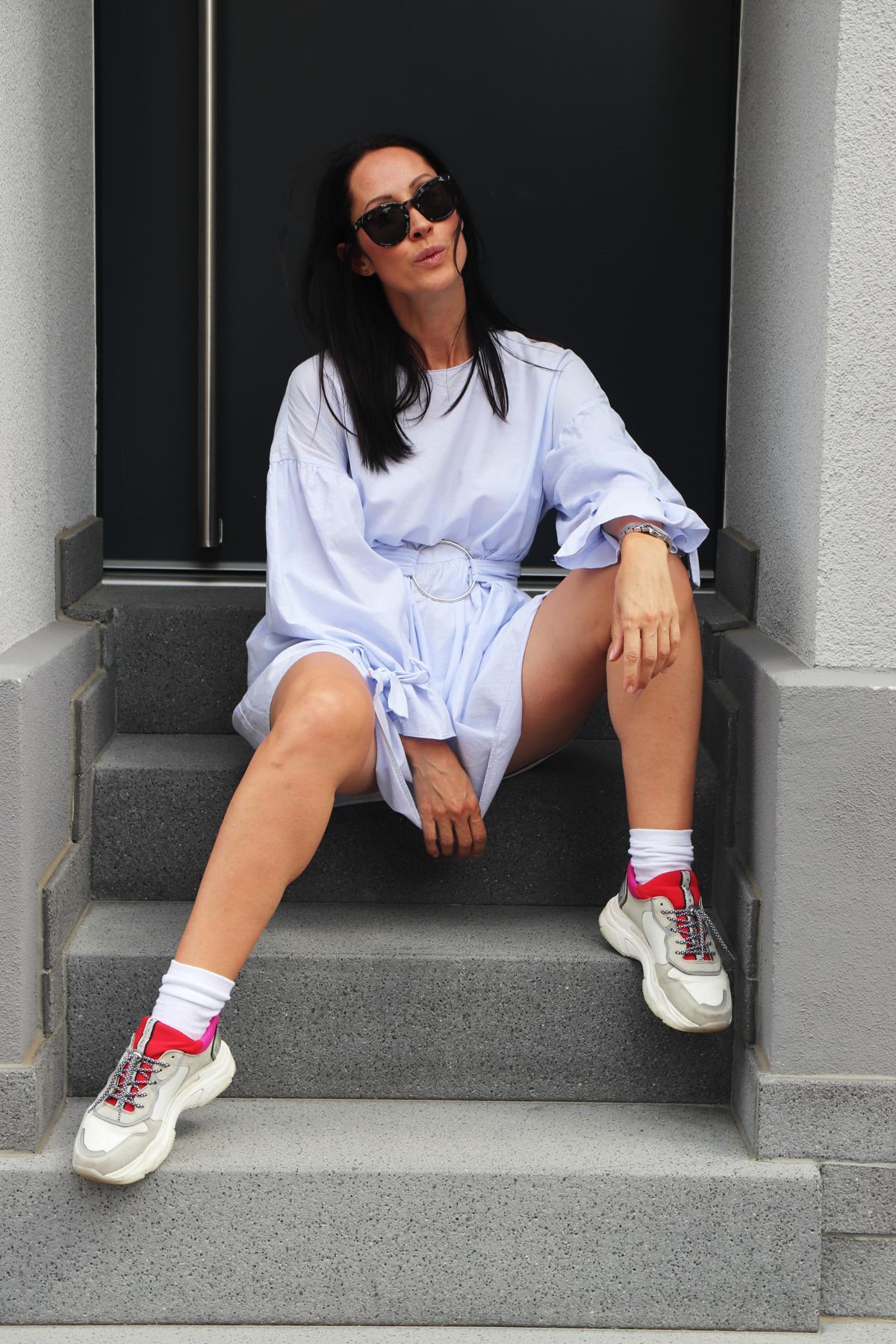 Leichtes Sommerkleid und chunky Sneaker machen das Rennen