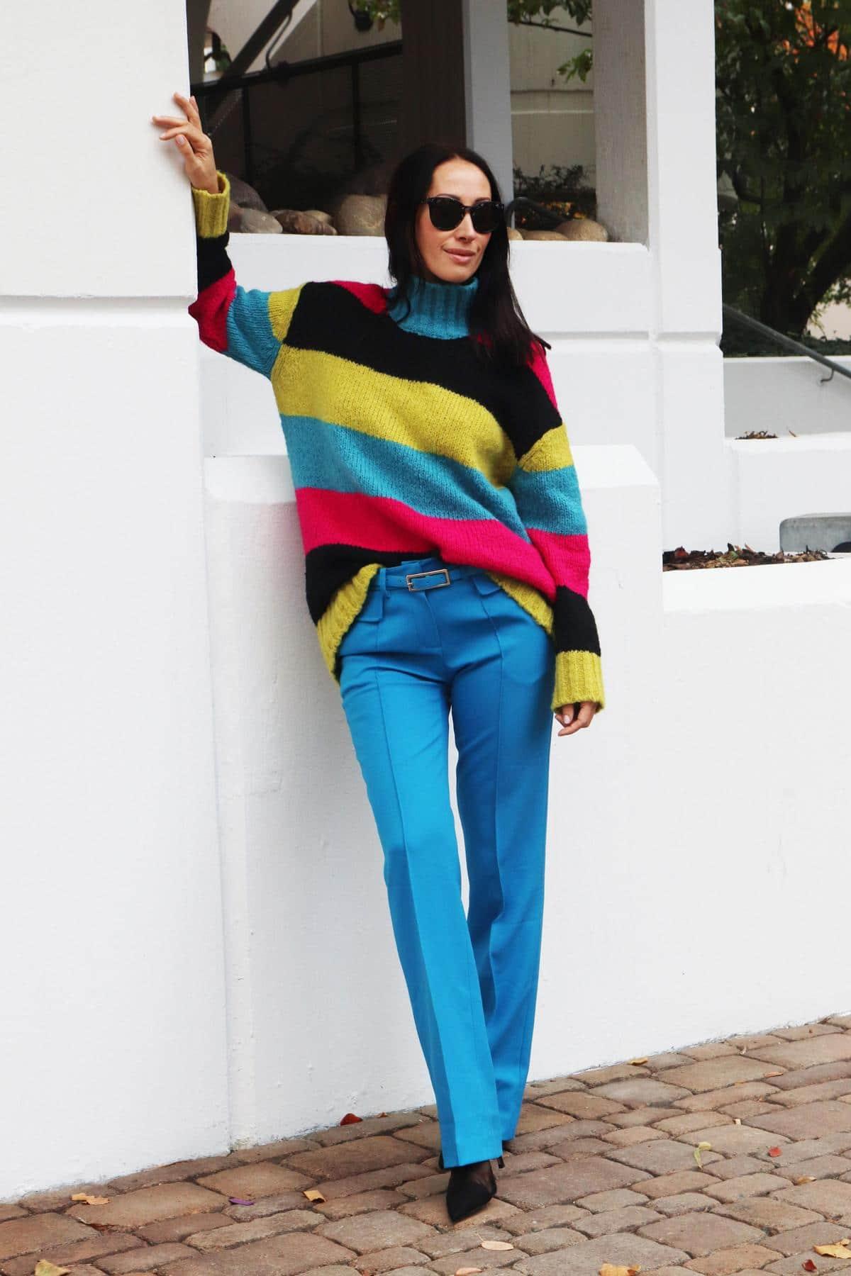 Bloggerlook mit oversized Strickpullover in Colorblocking, Designer-Stoffhose und Netz-Highheels. © Copyright Bettina Katscher 2019
