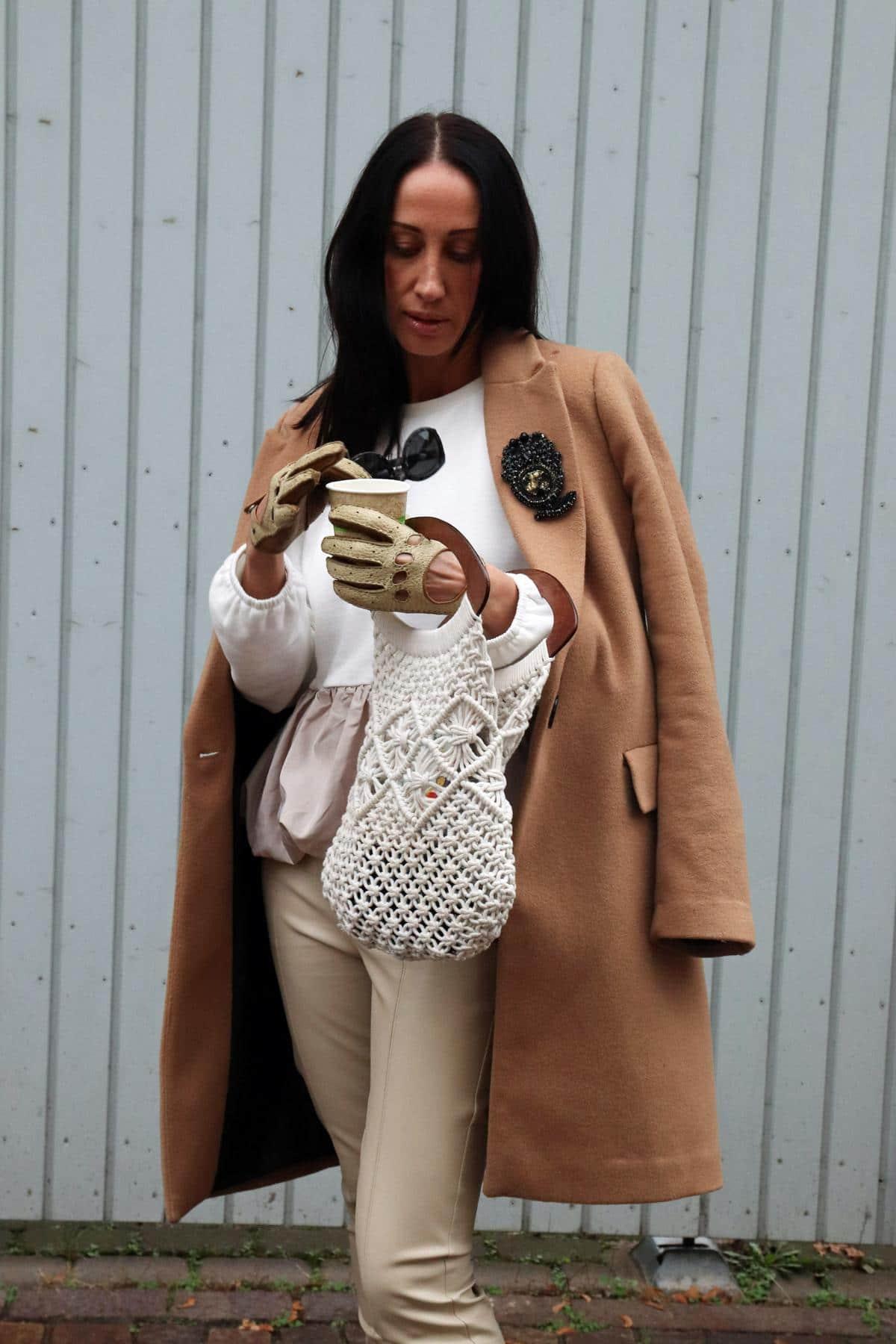 Herbststyle für Modefans in Beige- und Cognactönen, bestehend aus Lederleggins, Retrohandschuhen, Stricktasche und Sweater mit Volant. © Copyright Bettina Katscher 2019