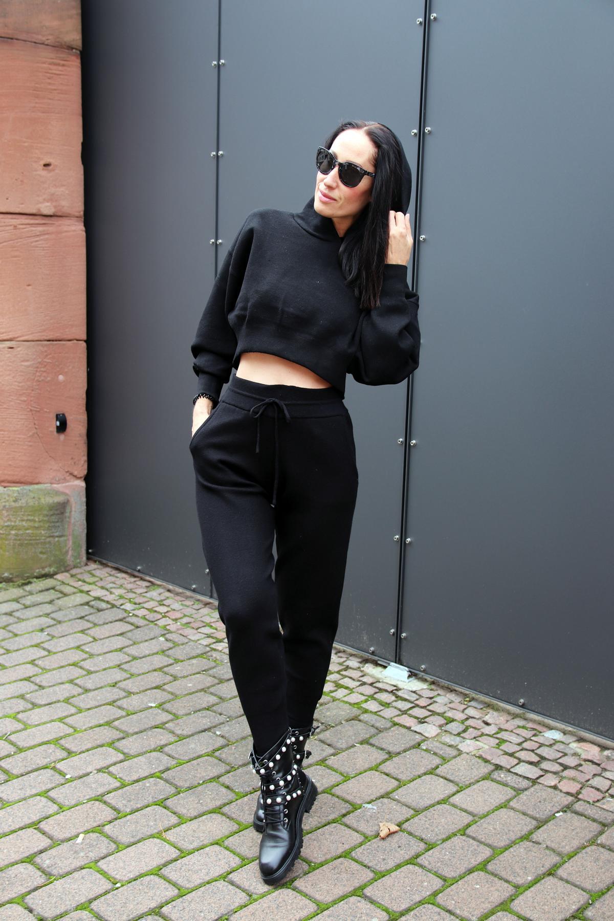 Angesagter Streetstyle-Look in Schwarz, bestehend aus Boots mit auffälligen Perlenapplikationen und Riemchen, dazu eine sportliche Sweatshirtkombination. © Copyright Bettina Katscher 2019