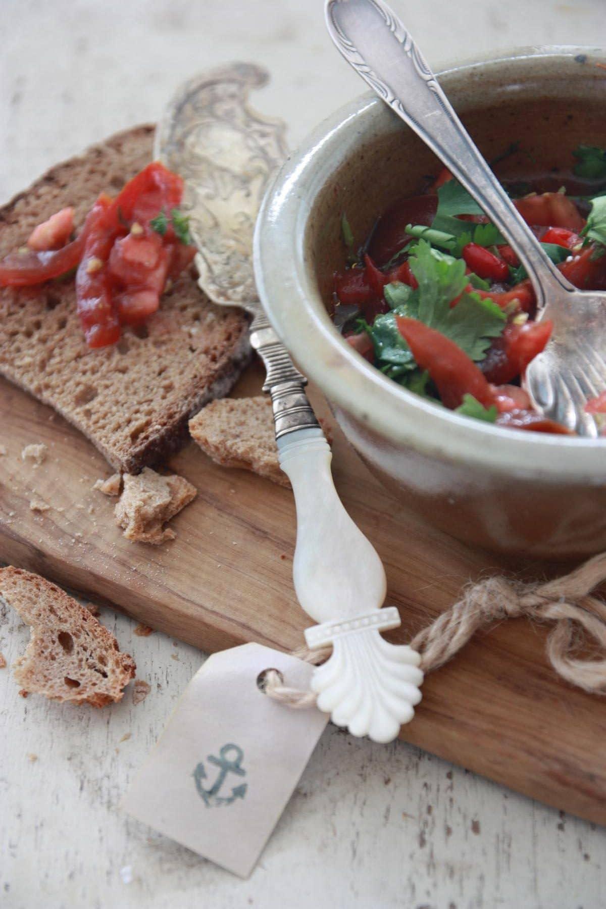 Tomaten-Salsa mit Koriander und Knobauch mit frischem Landbrot und Keramikschale sowie Holzbrett und selbstgemachtem Anhänger. © Copyright Bettina Katscher 2019
