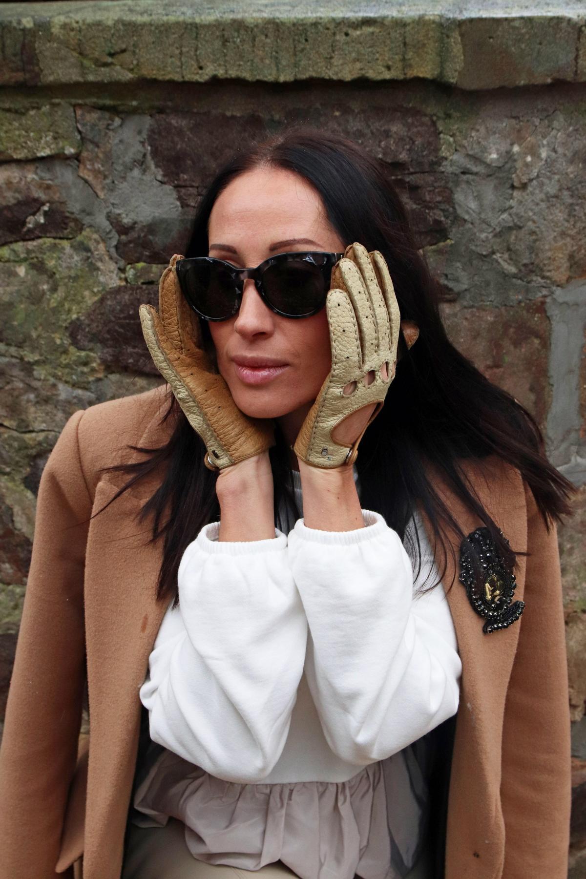 Echt ansteckend: Mantel in Camel und Brosche mit Pailletten