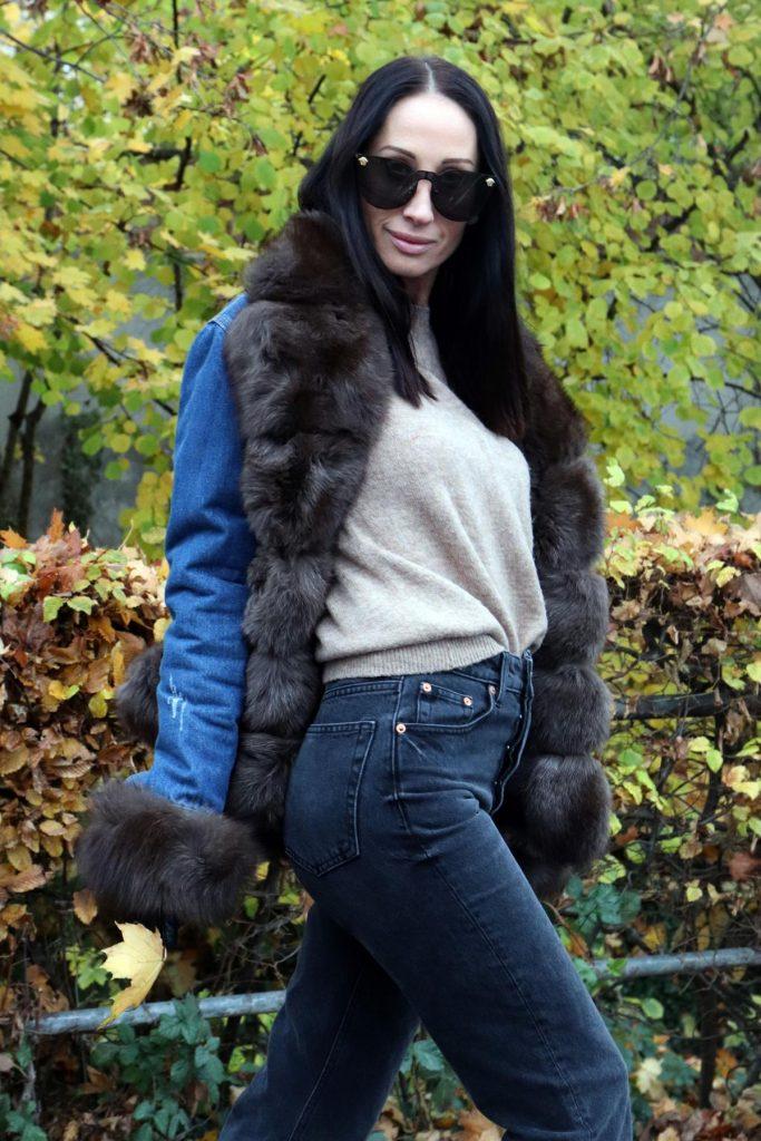 Blogger-Herbstlook, der unkompliziert ist und aus einer grauen Jeans, beigem Wollpullover und mit Fell gefütterten Jeansjacke besteht. © Copyright Bettina Katscher 2019