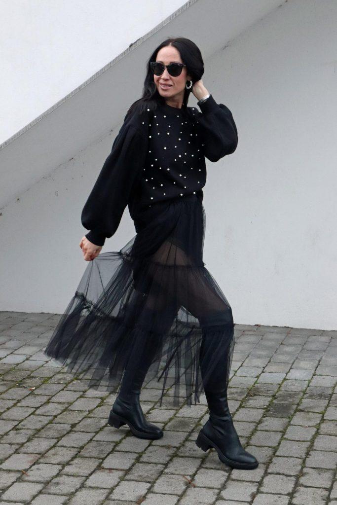 Bloggerlook in Schwarz für Silvester und für festliche Angelegenheiten mit Tüllrock, Overknees, besticktem Pullover und großen Perlenohrringen. © Copyright Bettina Katscher 2019