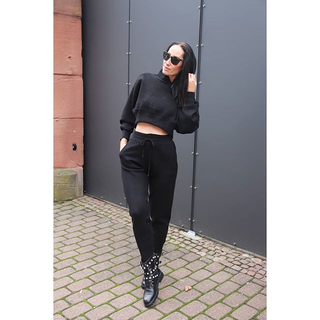 Allover-Look in Schwarz mit Booties. Werbung, weil Markennennung. #alloverlookschwarz #designersonnenbrille #sweatshirtanzug #bottiesmitapplikationen #bloggerherbstlook