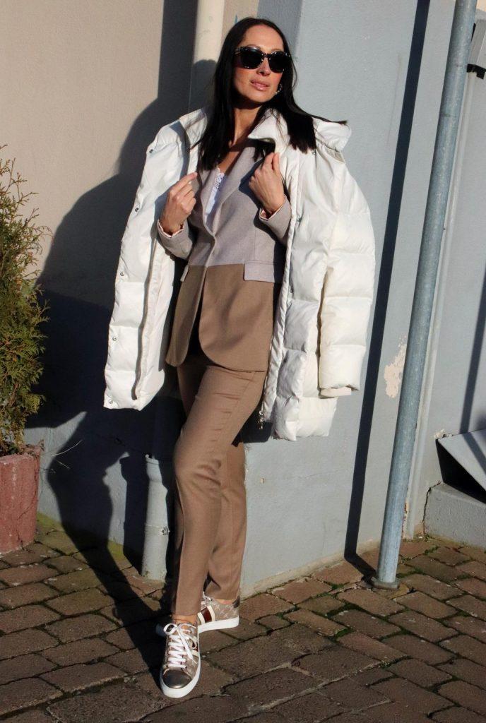 Winterlook für Fashionfans, mit Designersneekern, Businessanzug mit einem Blazer in 2 Farben und oversized Winterjacke, alles in Beige und Creme. Die Hose hat Bundfalten und ist figurbetont. © Copyright Bettina Katscher 2020