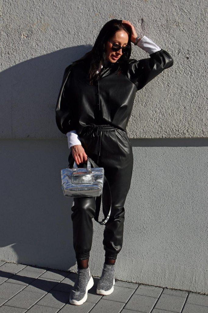 Blogger-Winterlook mit Leggins und Bluse in Lederimitat, dazu eine Designersonnenbrille und silberne Sneaker plus silberne Handtasche. © Copyright Bettina Katscher 2020
