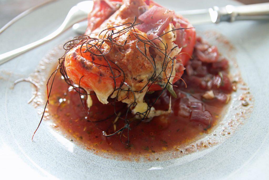 Vegetarisch gefüllte und überbackene Paprika mit Tomatensauce, Kapern und Oliven sowie Chilifäden. Dieses Gericht lässt sich gut vorbereiten. © Copyright Bettina Katscher 2020