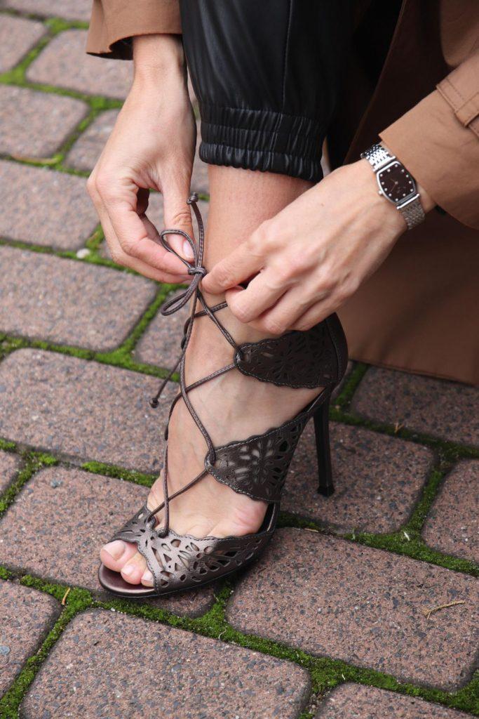 Blogger-Style mit grau-silbernen Sling-Highheels und Leggins in Lederoptik, dazu eine klassische hochwertige Damenuhr. © Copyright Bettina Katscher 2020