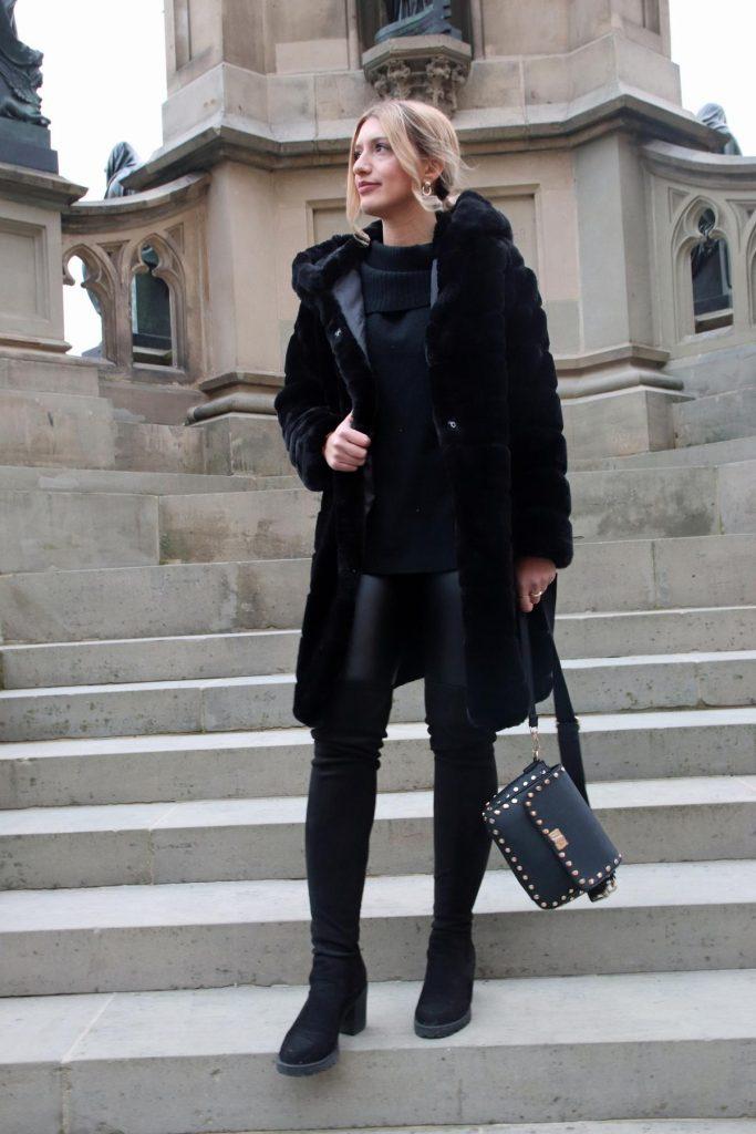 Blogger-Allround-Look in Schwarz, d.h. mit Overknees, Fake Fur Mantel, Leggins und Nieten-Tasche. © Copyright Bettina Katscher 2020