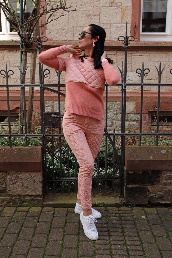 Bloggerlook in Rosa und Weiß, d.h. Pullover mit gesteppter Applikation und Reißverschluss sowie gesteppter Hose und weißen Sneakern. © Copyright Bettina Katscher 2020