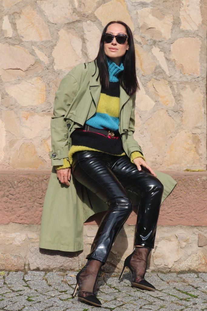Angesagter Blogger-Style aus Lack-Leggins, grünem Trench, Mesh-Highheels und buntem Strickpullover mit Gürtel. © Copyright Bettina Katscher 2020