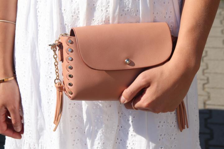 Wir hoffen auf sommerliche Aussichten mit Boho-Kleid und lachsfarbener Tasche