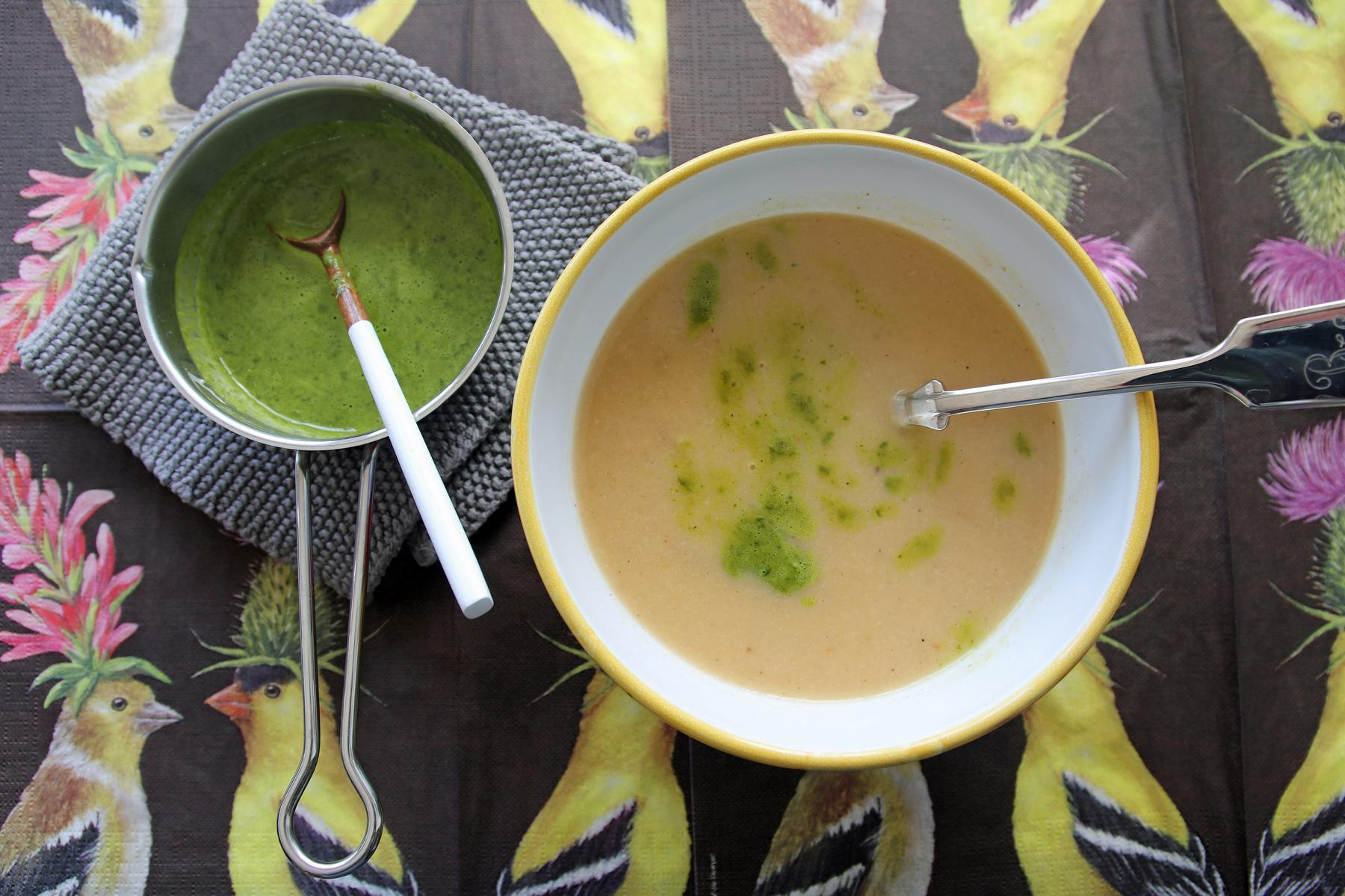 Blumenkohlsuppe mit Petersilienöl