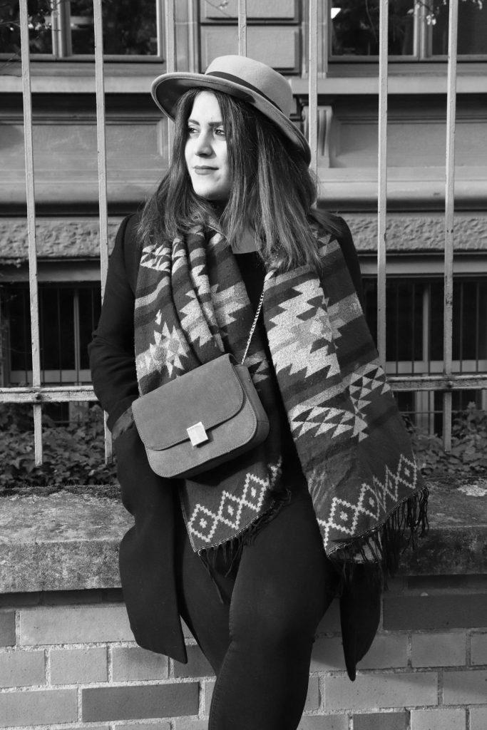 Streetstyle mit großem Ethnoschal, Damenhut und skinny Jeans sowie Lederhandtasche mit Gliedergurt und schwarzem Mantel. © Copyright Bettina Katscher 2020