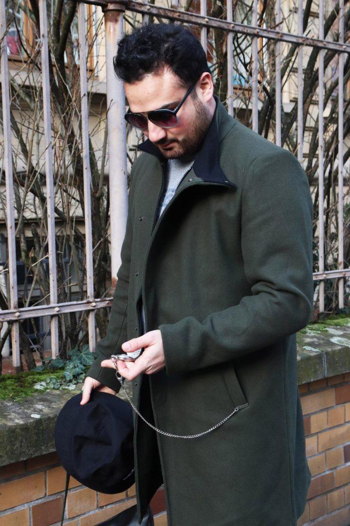 men street fashion mit old school elementen, grünem Mantel, auffälliger Sonnenbrille, Kappe und Taschenuhr. © Copyright Bettina Katscher 2020