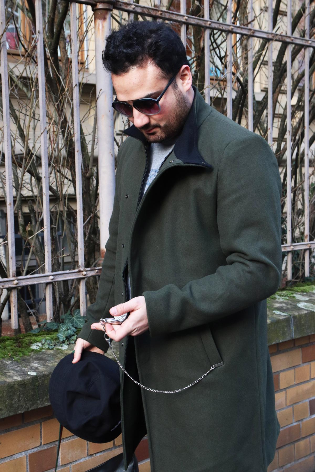 Men fashion mit Taschenuhr und Kappe