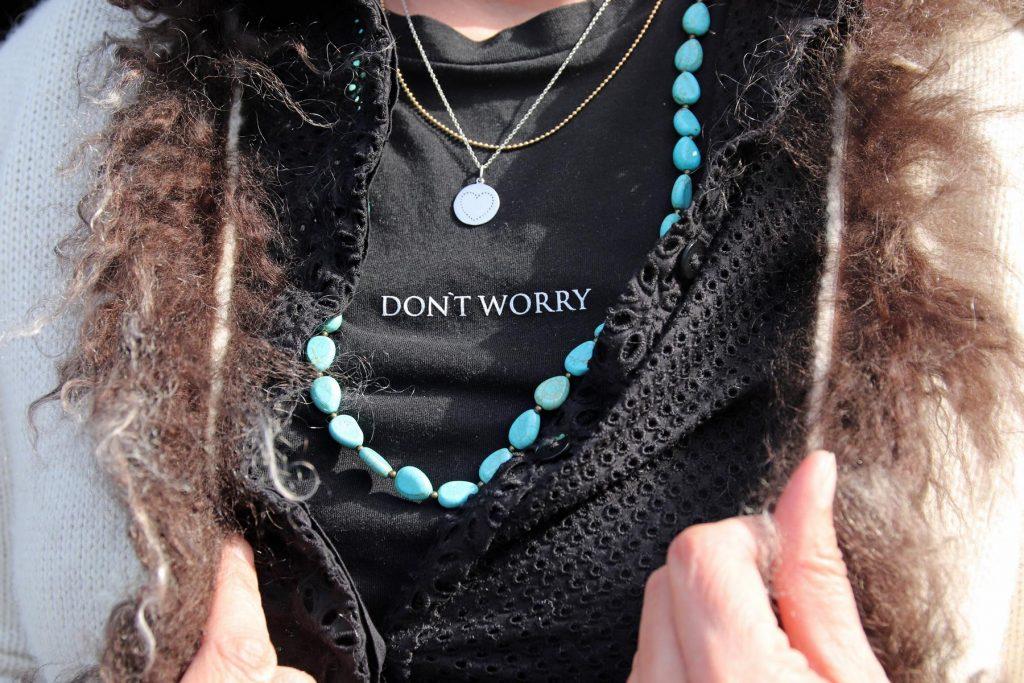 Fashionpiece Statement T-Shirt in Kombination mit Strickmantel mit Fell und Ketten im Ethnostyle. © Copyright Bettina Katscher 2020
