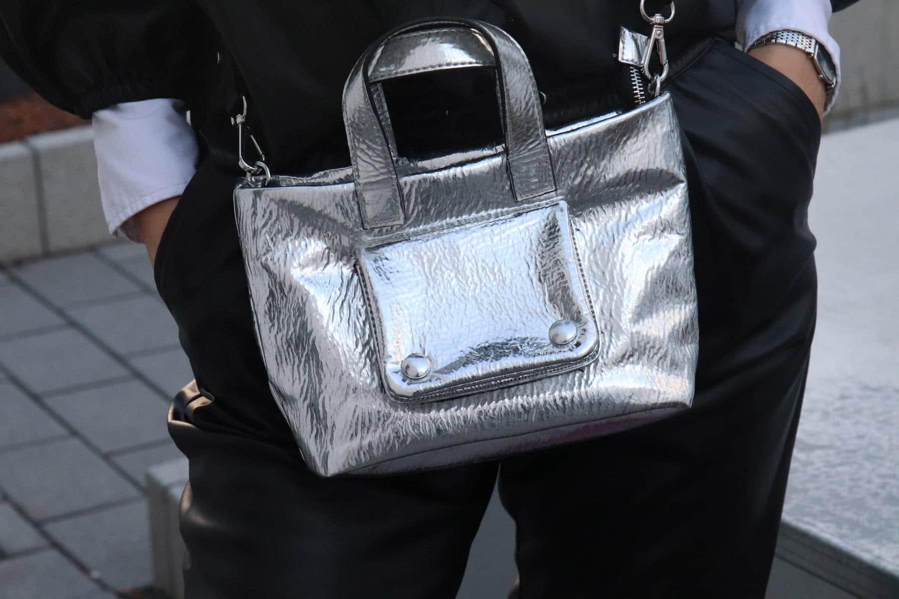 Glänzende Aussichten mit Metallic-Tasche