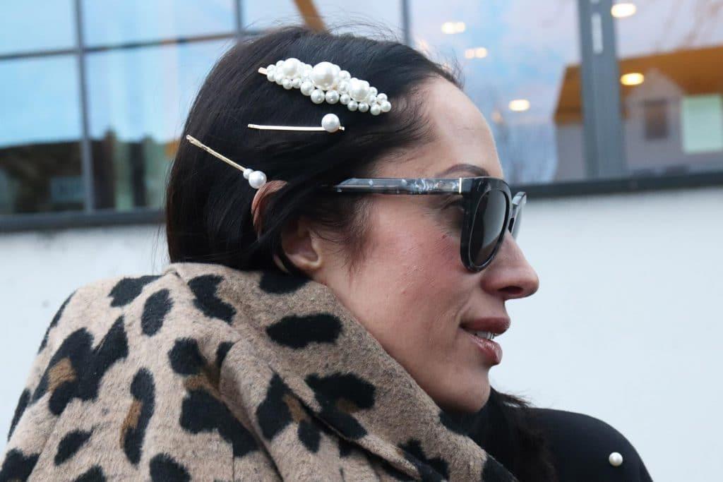 So stylt man Haarspangen heute! Mehrere Haarclips in Perlenoptik, dazu eine Designer-Sonnenbrille und ein Mantel in Leopardenprint. © Copyright Bettina Katscher 2020