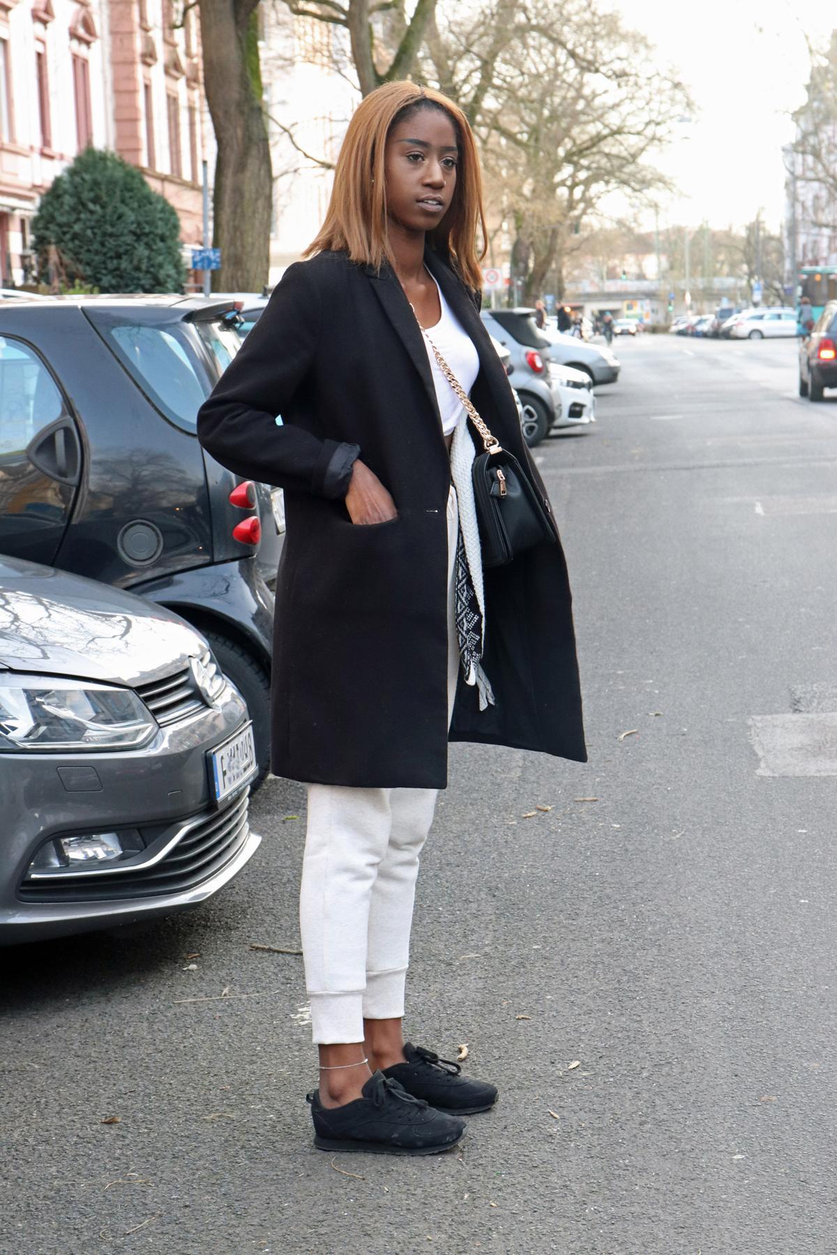 Läuft gut: Mantel über Tasche und Jogginghose
