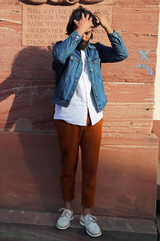 Wie trage ich eine Jeansjacke? Frühjahr Men Street Fashion mit dem Modetrend Jeansjacke, weißem Hemd und Herrenschuhen mit Tasseln. © Copyright Bettina Katscher 2020